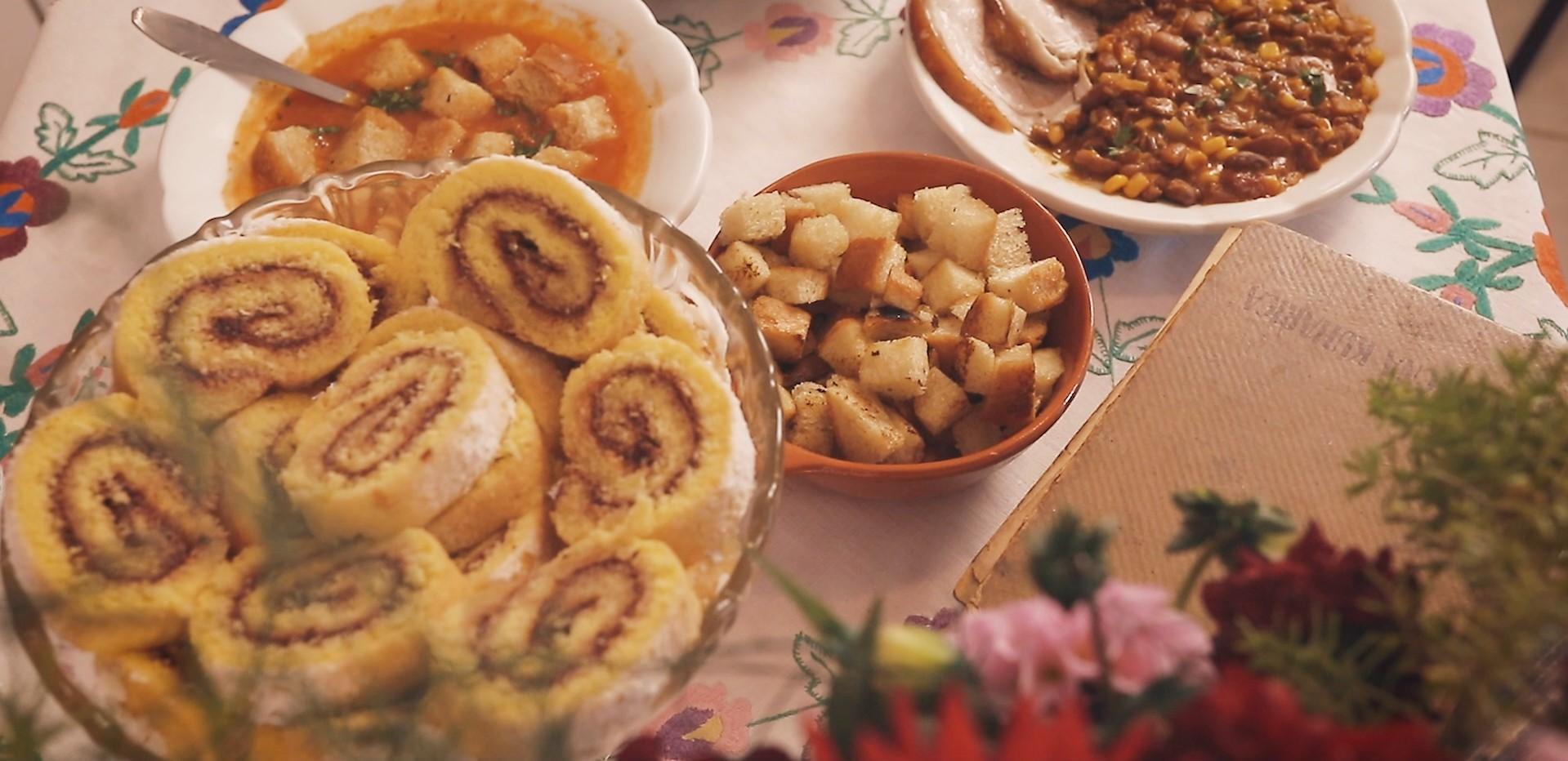 Carsko meso iz pećnice, zapečeni grah, juha od rajčice i rolada od pekmeza
